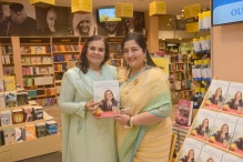 3. Asha Khatau with Anuradha Paudwal, during the Book Launch The Best of Epicure's NOUVELLE INDIAN CUISINE by ASha Khatau KPP_5093