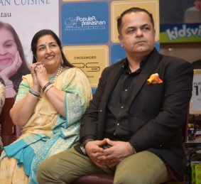 6. Anuradha Paudwal, Chef. Vicky Ratnani during the Book Launch The Best of Epicure's NOUVELLE INDIAN CUISINE by ASha Khatau KPP_5317